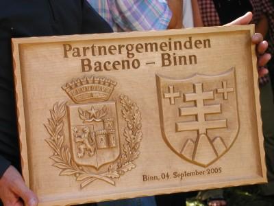 La targa ricordo del gemellaggio Baceno-Binn